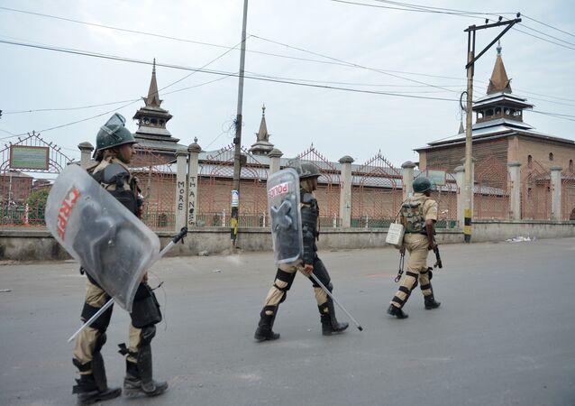 Soldados das tropas paramilitares indianas patrulham perto de mesquita Jamia Masjid, Srinagar, Jammu e Caxemira, Índia (arquivo)
