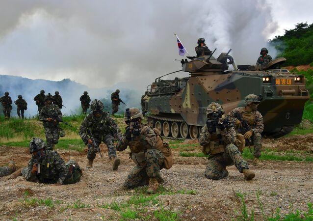 Soldados sul-coreanos e norte-americanos durante exercícios conjuntos na cidade de Pohang, Coreia do Sul, 6 de julho de 2016