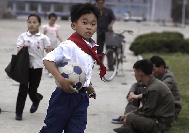 Um carro na Coreia do Norte é um raro símbolo de luxo. É por isso que as crianças são capazes de jogar futebol em estradas vazias.