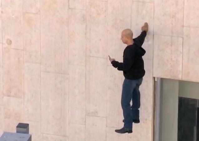 Ilusionista israelense fica cinco horas pairando no ar