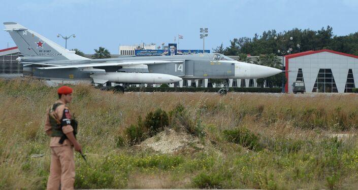 Avião russo Su-24 na pista de decolagem, base aérea de Hmeymim, Síria