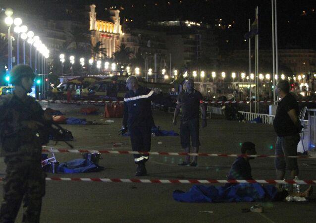 Em Nice, um caminhão atropelou uma multidão de pessoas que olharam nos fogos de artifício em homenagem ao feriado nacional da França - Dia da Tomada de Bastilha.