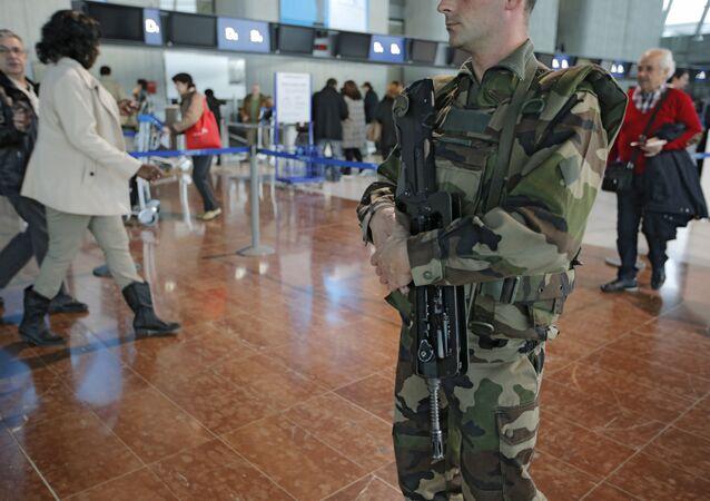 Um soldado no aeroporto de Nice (França) - foto de arquivo, 13 de janeiro, 2013