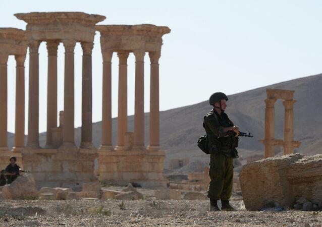 Militares na parte histórica de Palmira liberada dos terorristas do Daesh, Síria, maio de 2016