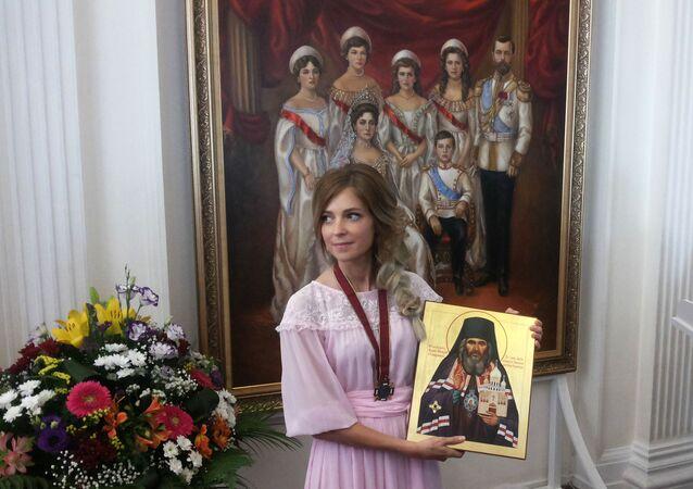 Natalia Poklonskaya presenteou a ex-residência do Imperador russo com retrato dele em família.