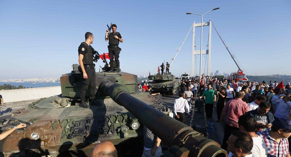 Policiais estão em um veículo militar depois que as tropas envolvidas no golpe se renderam na Ponte do Bósforo, em Istambul, Turquia 16 de julho de 2016.