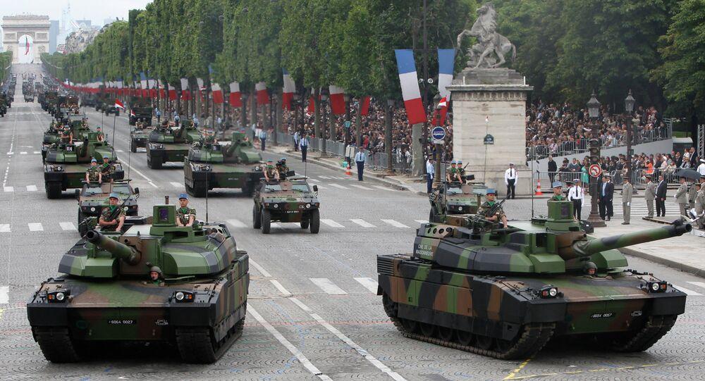 Tanques Leclerc em parada no Dia da Bastilha, na Champs-Elysees, em Paris, França