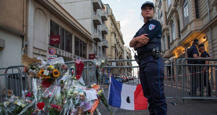 Cordão policial na rua perto da avenida marginal de Nice