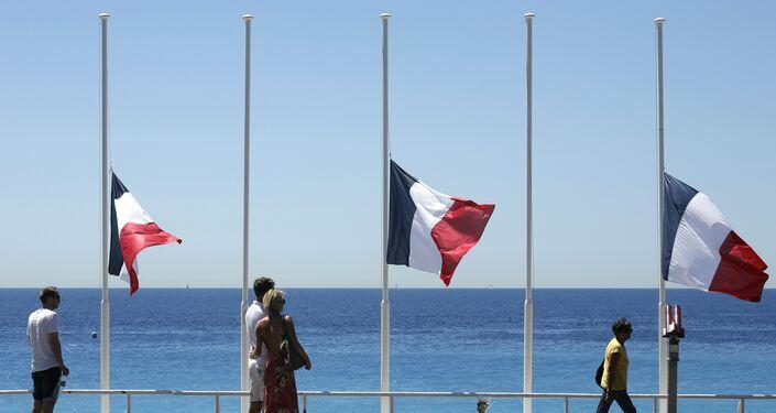 Bandeiras francesas baixadas