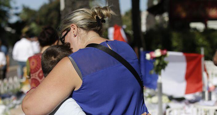 Mulher abraça uma criança