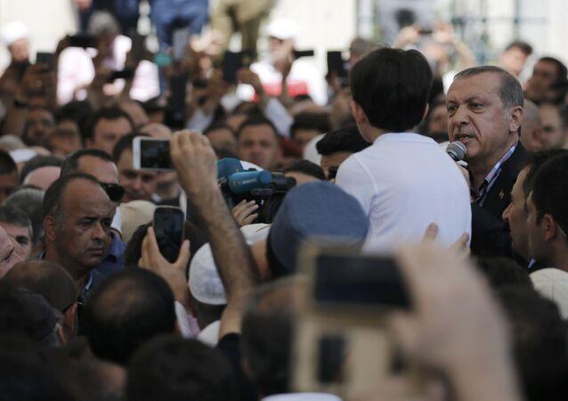 Recep Tayyip Erdogan, presidente da Turquia, no enterro de vítimas após a tentativa de golpe militar
