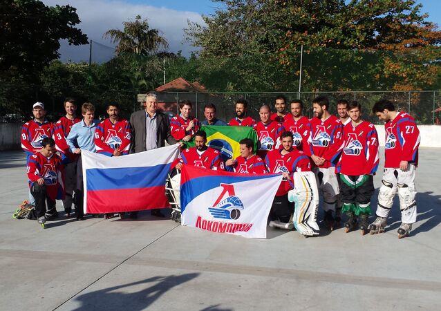 Equipe do Lokomotiv Rio recebe o uniforme enviado pelos torcedores do Lokomotiv Yaroslavl