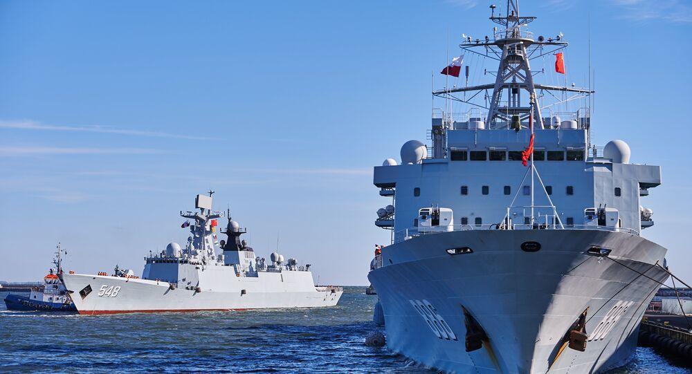Navio da Marinha chinesa Qiandaohu e fragata Yiyang