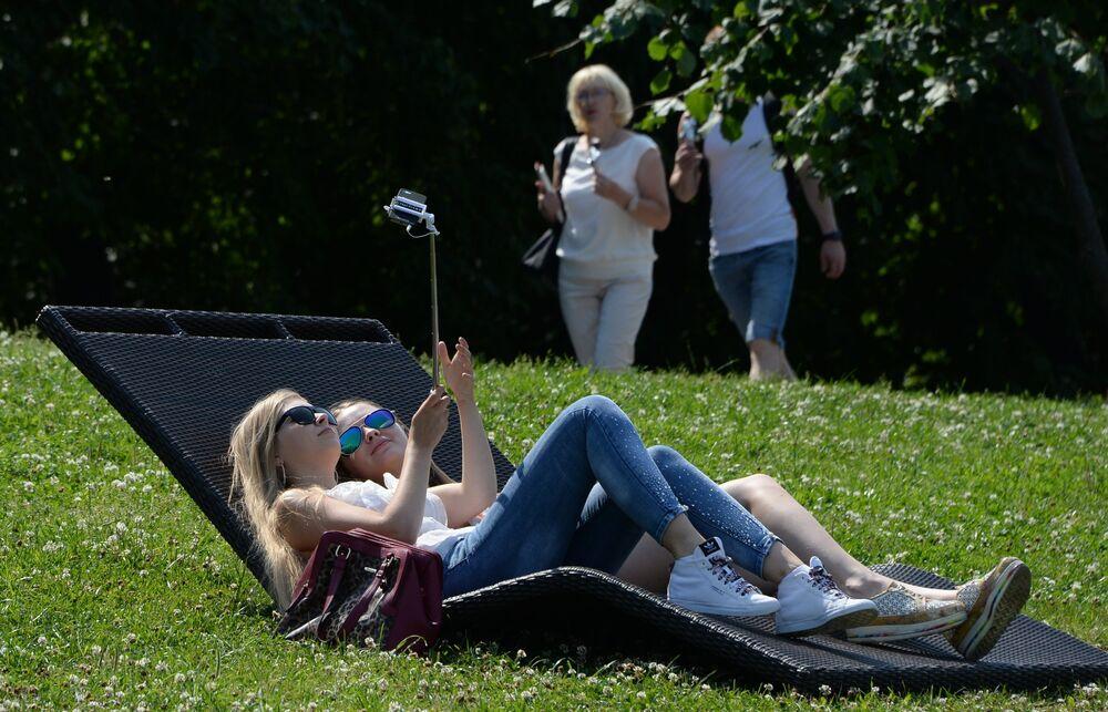 Moradores de Moscou relaxam nas colinas Vorobyovy durante o fim de semana.