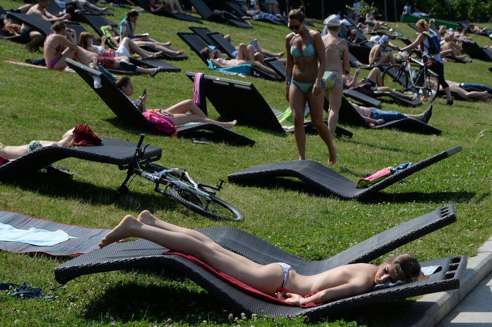 Moradores de Moscou relaxam nas colinas Vorobyovy durante o fim de semana