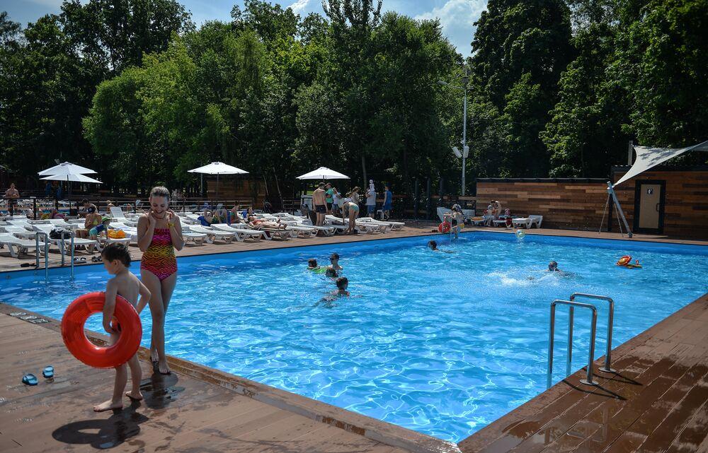 Pessoas desfrutam do sol em Moscou