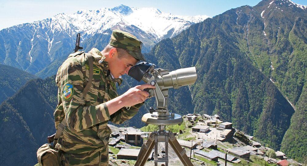 O guarda no serviço perto da fronteira