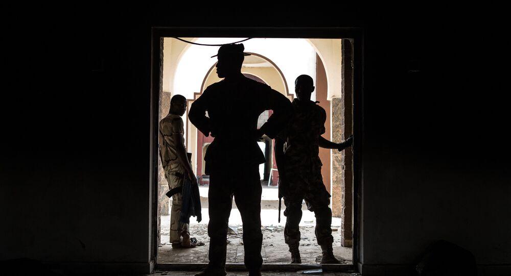 Soldados nigerianos inspecionam palácio usado pelo Boko Haram como quartel-general em Bama
