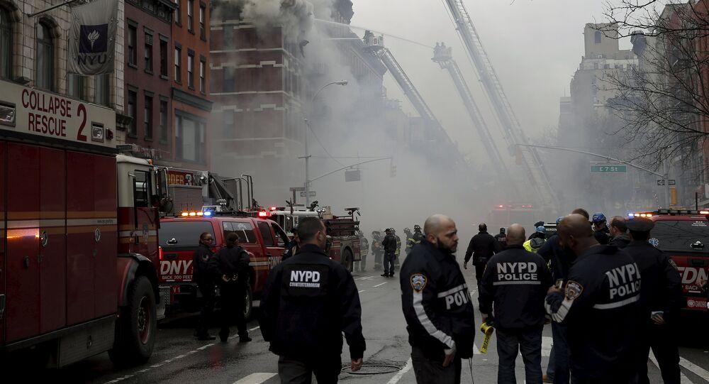 Bombeiros de Nova York lutando para apagar as chamas em prédio atingido por incêndio (imagem referencial)