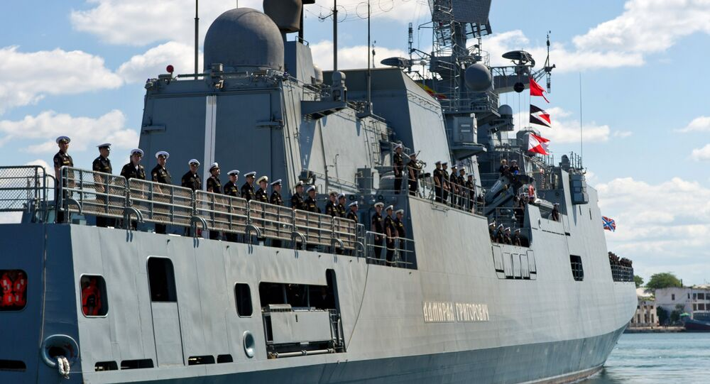 Navio de patrulha russo Admiral Grigorovich entra na baía de Sevastopol, 9 de julho 2016