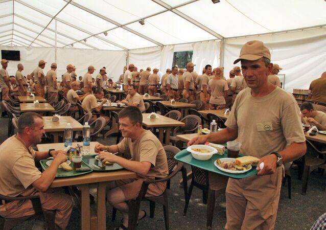 Militares russos comem