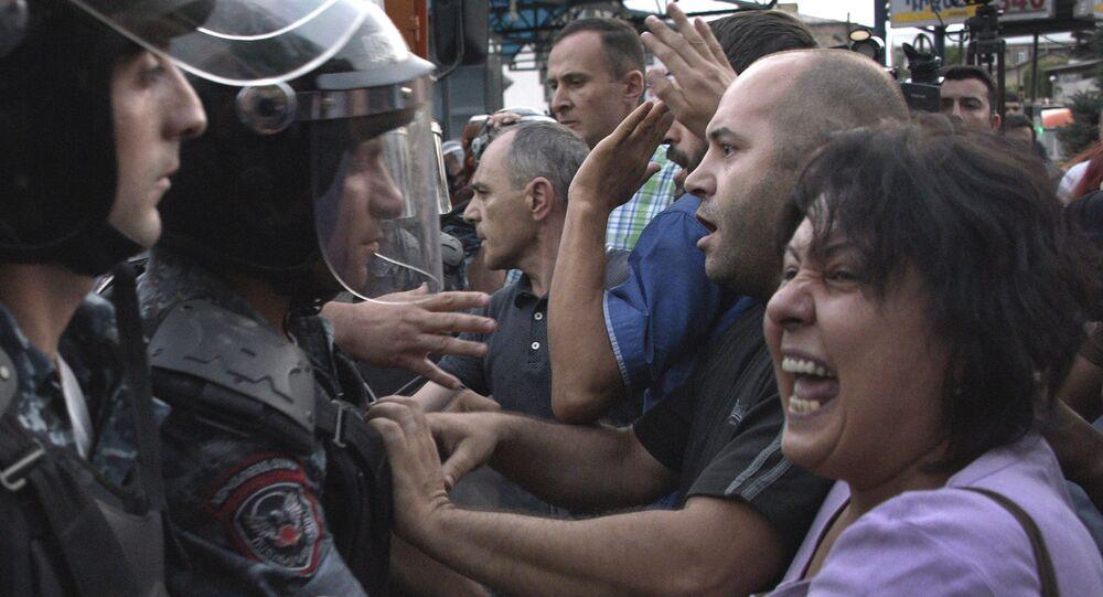 Militantes da oposição entram em confronto com a polícia nas ruas de Yerevan