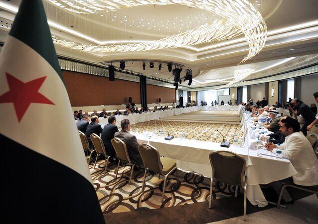 Arquivo: Membros da Coalizão Nacional Síria durante um encontro entre forças da oposição em Istambul