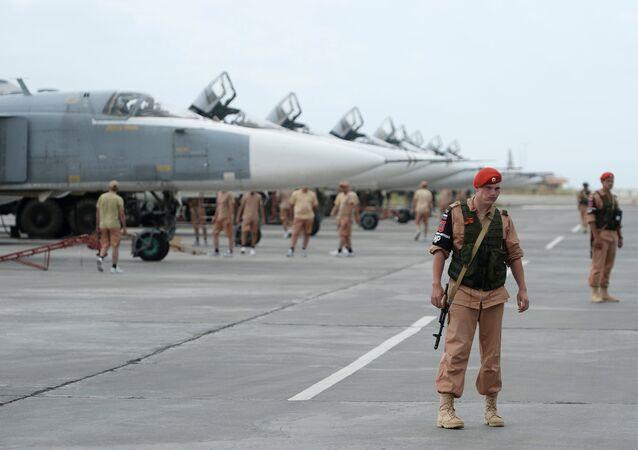 Forças russas na base aérea de Hmeimym na Síria
