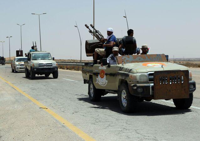 Forças leais ao governo líbio apoiado pela ONU patrulham entrada de Sirte