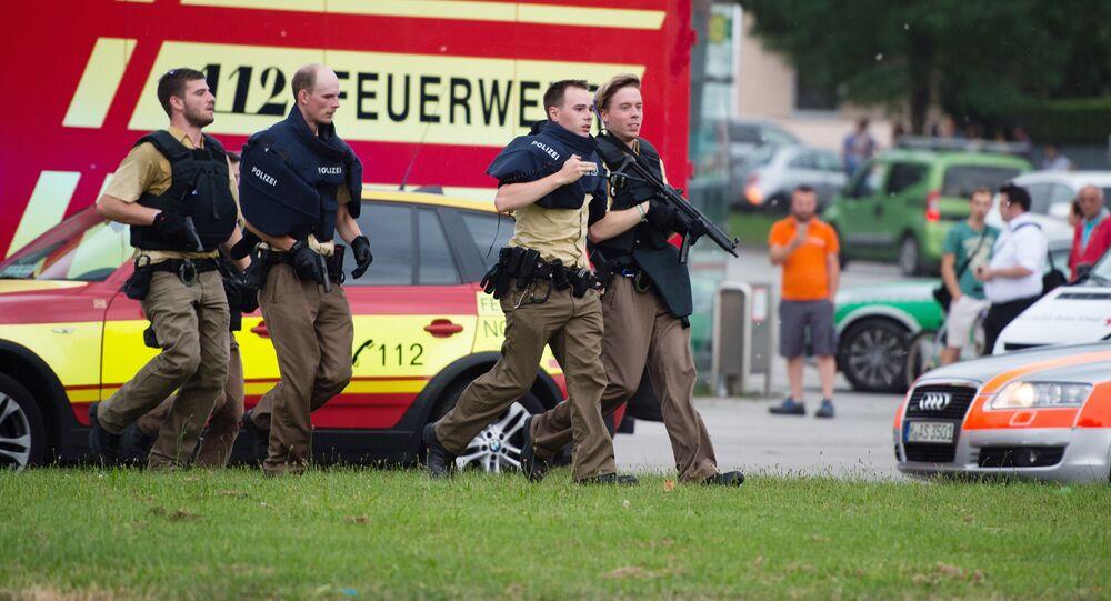 Polícia alemã no centro comercial de Munique onde um atirador matou 9 pessoas em 22 de julho