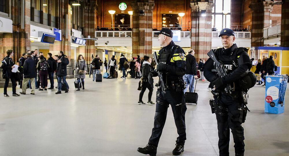 Policiais holandeses realizam patrulhas na Estação Central de Amsterdã, Holanda (arquivo)