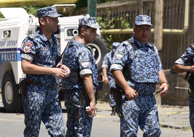 Policiais armênios bloqueiam as ruas perto do bairro Erebuni, 18 de julho 2016