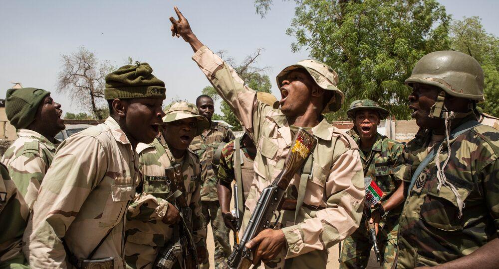 Soldados nigerianos comemoram vitória sobre o Boko Haram