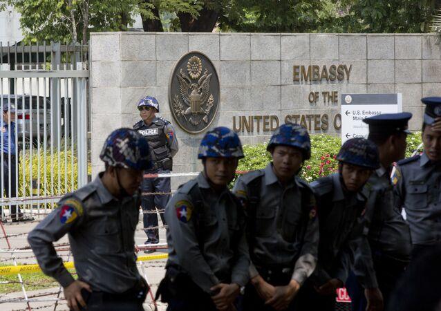 Agentes da polícia em frente à Embaixada americana em Yangon