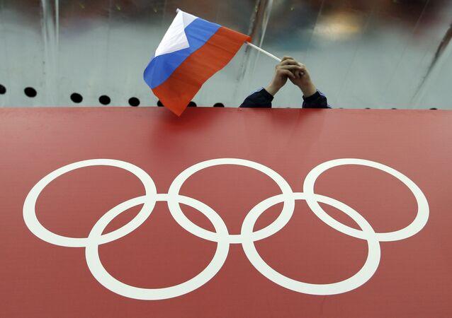 Bandeira russa sobre símbolo dos Jogos Olímpicos