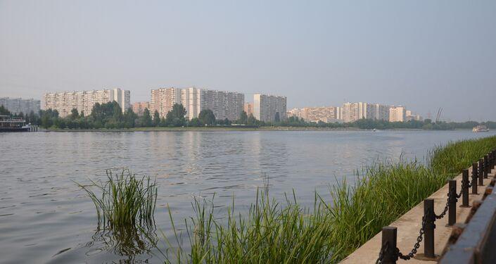 Vista do parque de Brateevo para outro lado do rio, do qual foram lançados fogos de artifício no âmbito do II Festival de Fogos de Artifício. Segundo dia do festival.