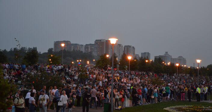 A pequena parte do público do II Festival de Fogos de Artifício. Segundo dia do festival.