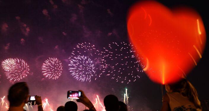 Lanterna chinesa com fogos de artificio em fundo. Segundo dia do festival Rostec.