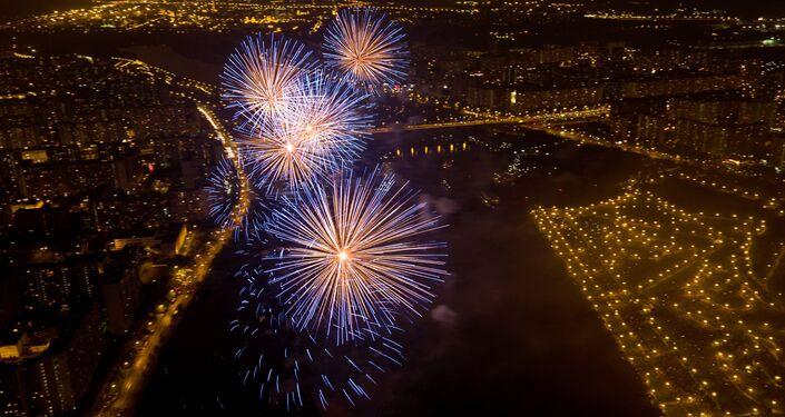 Vista aérea geral do fogo do artificio. Segundo dia do festival Rostec.