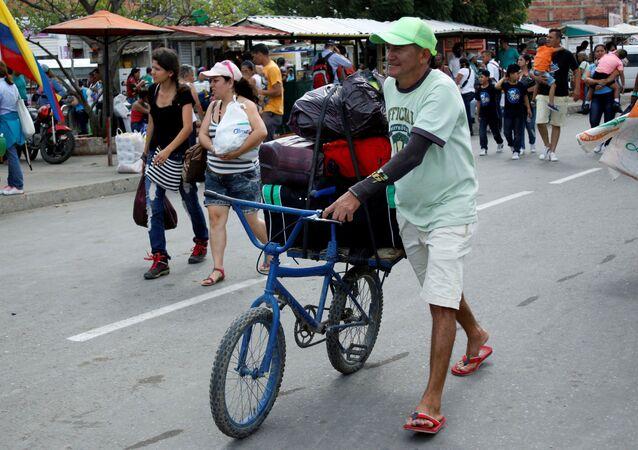 Venezuelanos cruzam a fronteira do Brasil