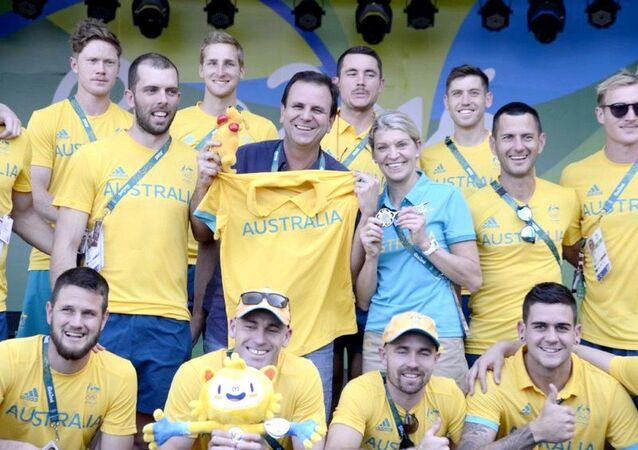Prefeito do Rio de Janeiro, Eduardo Paes, entrega chave da cidade à delegação da Austrália