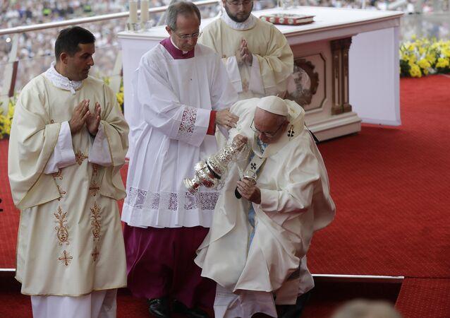 Papa desmaia durante missa na Polônia