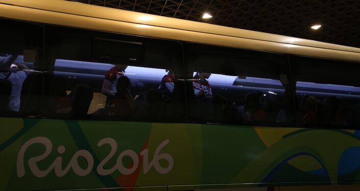 Torcedores fazem festa na chegada dos atletas da Rússia no Rio