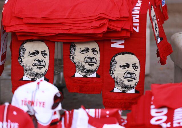 Presidente da Turquia, Recep Tayyip Erdogan, estampado em camisetas de ativistas contra o golpe de Estado no país