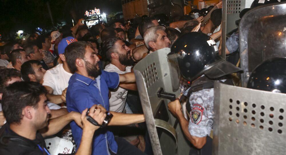 Polícia reprime manifestantes em Yerevan