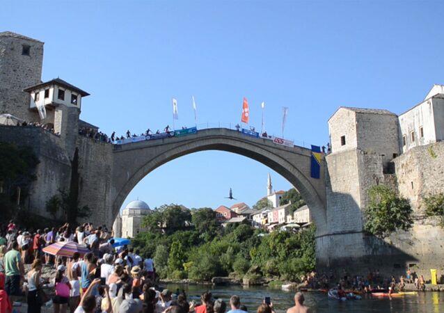 Na cidade de Mostar foi realizado o tradicional concurso de saltos da ponte (Bósnia e Herzegovina)