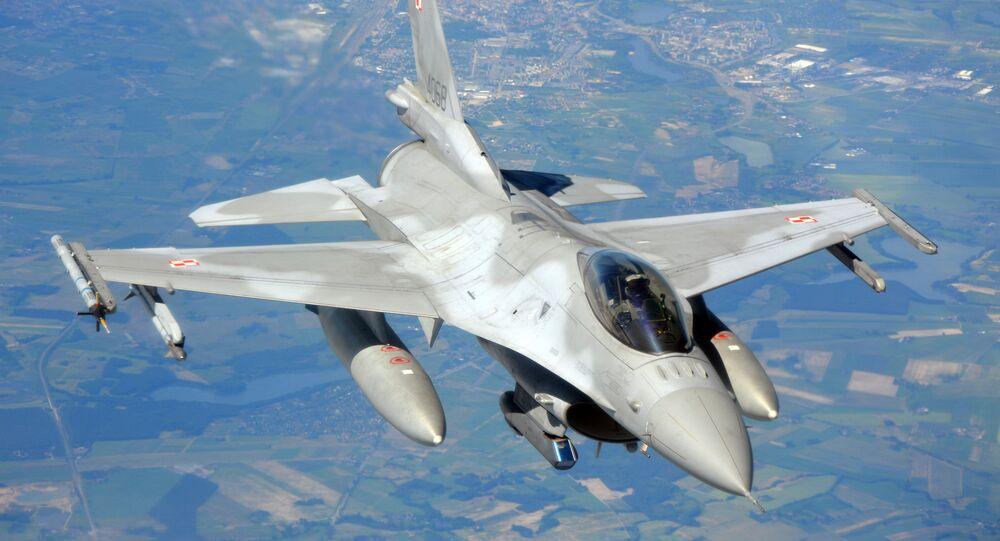 Caça polonês F-16 voa sobre o norte da Polônia no âmbito de manobras da OTAN Anaconda, 10 de junho de 2016