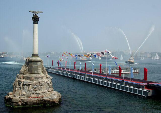 Navios de guerra russos abrem fogo durante as celebrações do Dia da Marinha em Sevastopol, Crimeia.