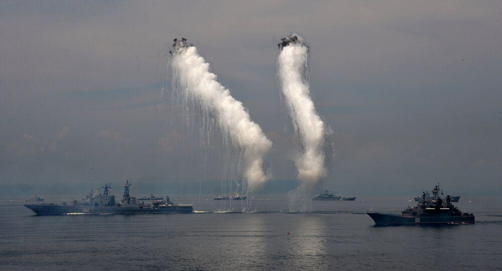 Navios da Frota do Pacífico durante a celebração do Dia da Marinha