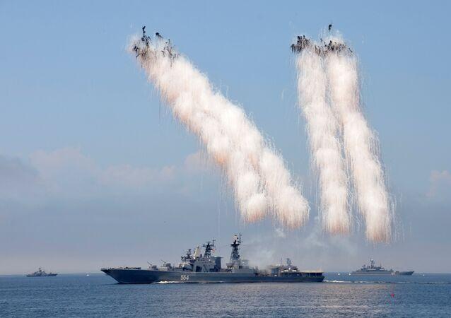 Exibição de lançamentos de munições antimíssil e navios de guerra russos durante um ensaio para o desfile do Dia da Marinha no porto de Vladivostok, Rússia
